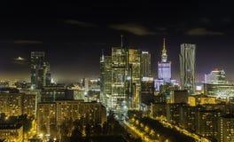 Warszawa som är i stadens centrum på natten royaltyfri bild