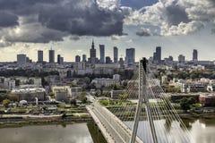 Warszawahorisont bak bron fotografering för bildbyråer