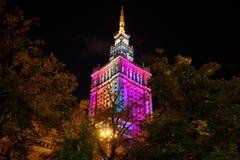 Warszawaslott av kultur och vetenskap på nattetid royaltyfri foto