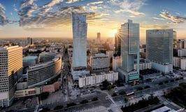 Warszawastad med den moderna skyskrapan på solnedgången, Polen Royaltyfri Bild