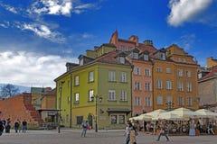 Warszawastad, Polen Gamla historiska hustak, kyrkliga tornspiror Arkivfoto