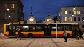 Warszawauniversitetport på natten arkivfilmer