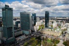 Warszawscy nowożytni miasto drapacze chmur w chmurnym dniu Zdjęcie Stock