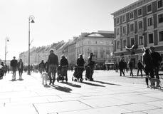 Warszawscy starzy grodzcy ludzie chodzi ulicę obraz stock