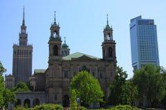 Warszawski Polska historyczny kościół Wszystkie święty przeciw tłu pałac kultura - architektura trzy epoki - obrazy stock