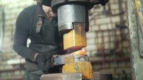 Warsztat blacksmith Mężczyzna stawia forged kawałek pod automatycznym młotem zbiory wideo