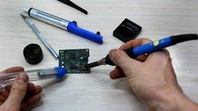 Warsztat na naprawie urządzenia, elektronika i procesory gospodarstwa domowego, lutowniczy Deskowy lutowniczy żelazo, lutowanie s zdjęcia stock