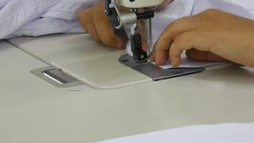 Warsztat w szwalnych koszula w tekstylnej fabryce zdjęcie wideo