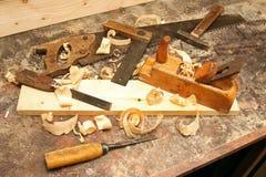 Warsztat z starymi prac narzędziami na stole Obrazy Stock
