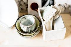 Warsztatowa produkcja ceramiczny tableware produktu obraz zdjęcia royalty free