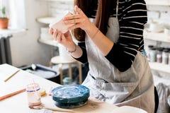 Warsztatowa produkcja ceramiczny tableware produktu obraz obraz stock