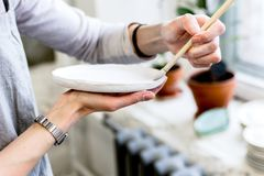 Warsztatowa produkcja ceramiczny tableware produktu obraz zdjęcia stock