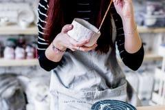 Warsztatowa produkcja ceramiczny tableware produktu obraz fotografia stock