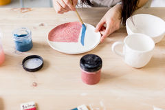 Warsztatowa produkcja ceramiczny tableware produktu obraz fotografia royalty free