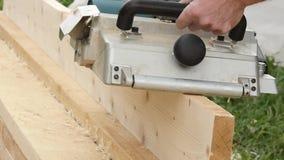 Warsztatowego pracownika use heblowania drewniana maszyna Układy scaleni latają w różnej stronie od strugarki swobodny ruch zdjęcie wideo