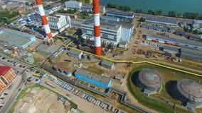 Warsztaty z zbiornikami i górują przy termoelektryczną elektrownią zdjęcie wideo