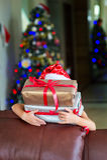 Warteüberraschung des glücklichen blonden Kleinkindmädchens vom Geschenkgeschenk stockfotos