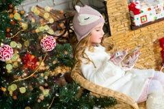 Warteüberraschung des lustigen blonden Kleinkindmädchens vom Geschenkgeschenk lizenzfreie stockfotografie