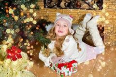 Warteüberraschung des lustigen blonden Kleinkindmädchens vom Geschenkgeschenk Stockbild