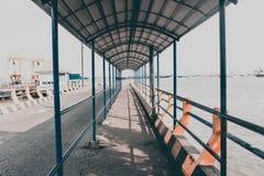 Wartebereich am Hafen-Schiff stockfotografie
