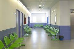 Wartebereich- und Chirurgieräume in der Klinikmitte Lizenzfreies Stockfoto