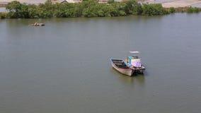 Warteboote, Fischerboot, Boot parkten auf Seeuferwartesegelversand stock video