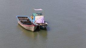 Warteboote, Fischerboot, Boot parkten auf Seeuferwartesegelversand stock video footage