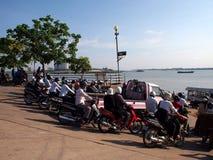 Wartefähre am Khmer-Dorf Lizenzfreies Stockbild