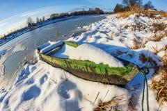 Wartefrühling Boot auf dem Fluss Lizenzfreie Stockfotografie