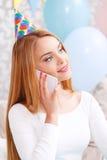 Wartefreunde des jungen Mädchens an der Geburtstagsfeier Lizenzfreie Stockfotos