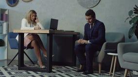 Warteinterview des nervösen Bewerbers im Büro stock footage