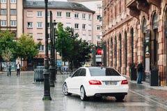Wartekunde der weißen Luxustaxiauto-Limousine Stockfotos