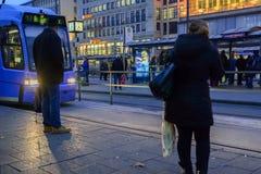 Warten auf die Tram in München stockfotografie