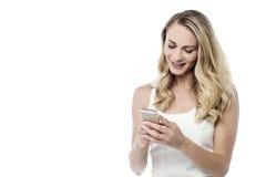 Warten auf Ihre Antwort, Fokus im Telefon Stockfotos