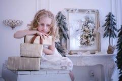 Warten das neue Jahr und auf das Weihnachten Recht kleines Mädchen war L stockbilder