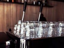 Warten eine Schale auf aromatischen Kaffee lizenzfreies stockbild