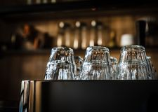 Warten eine Schale auf aromatischen Kaffee lizenzfreies stockfoto
