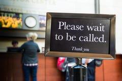 Warten Sie bitte, um Rufzeichen-Vorsicht-Linie zu sein danken Ihnen stockfotos