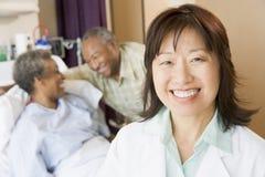 Warten Sie das Lächeln im Krankenhaus-Raum Lizenzfreies Stockbild
