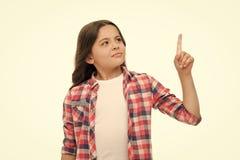 Warten Sie eine Minute Mädchen, das aufwärts Zeigefinger zeigt Kinderwarnung oder bittet um Aufmerksamkeit Zufällige Ausstattung  lizenzfreies stockfoto