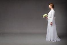 Wartende Braut bei der Stellung stockfotografie