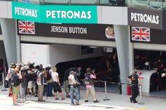Wartende Fotografen, dass Jenson Button Garage beendet Lizenzfreies Stockbild