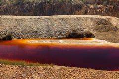 Warter avvelenato in una miniera a cielo aperto abbandonata fotografie stock libere da diritti
