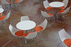 Warteraum mit Tabellen und den orange und weißen Stühlen Stockfoto