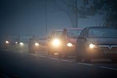 Warteschlange der Autos im Nebel stockfotografie
