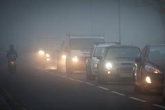Warteschlange der Autos im Nebel stockfotos