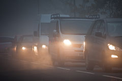 Warteschlange der Autos im Nebel Lizenzfreie Stockfotografie