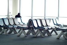 Wartesitze des leeren Passagiers im Aufenthaltsraum nach Abfertigung nahe bei Flugzeugtor Lizenzfreies Stockbild