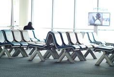 Wartesitze des leeren Passagiers im Aufenthaltsraum nach Abfertigung nahe bei Flugzeugtor Lizenzfreie Stockfotografie