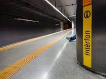 Wartesitzen in der U-Bahn lizenzfreie stockbilder